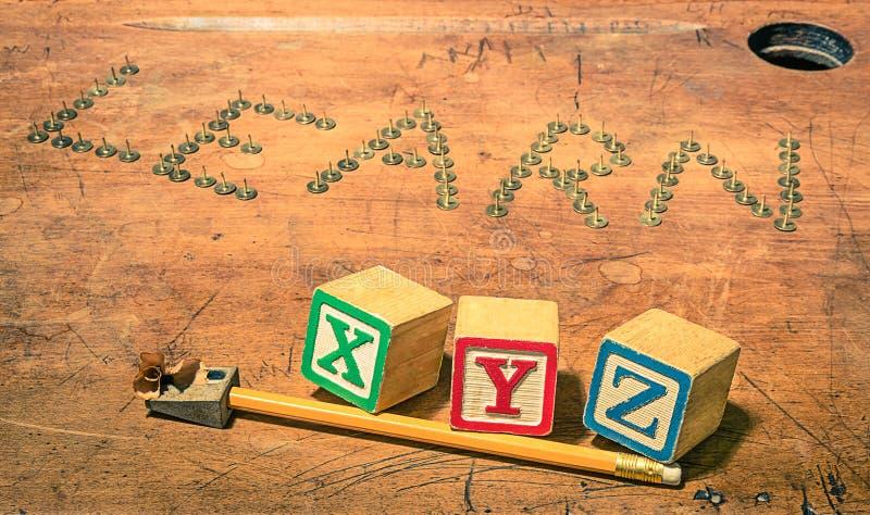 Scrittorio d'annata della scuola con i cubi del temperino e del bambino della matita fotografie stock libere da diritti