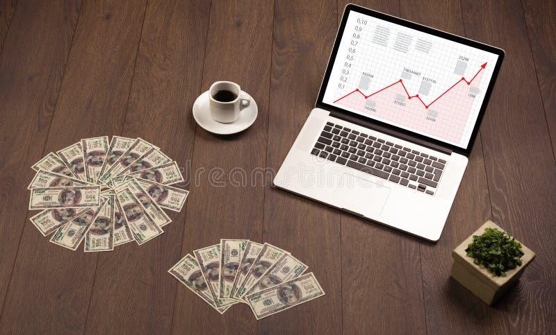 Scrittorio del computer con il computer portatile e grafico rosso della freccia in schermo fotografia stock