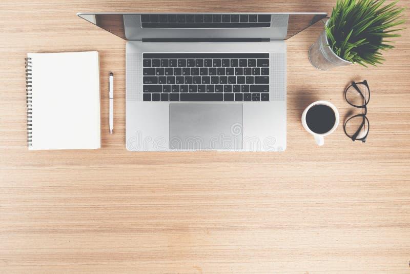 Scrittorio del computer portatile sulla cima nel retro stile di colore fotografia stock