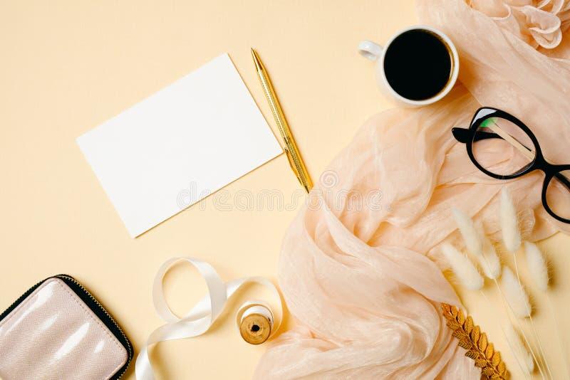 Scrittorio del Ministero degli Interni della donna con la carta di Libro Bianco, la tazza di caffè, la sciarpa di seta, di vetro  fotografia stock libera da diritti