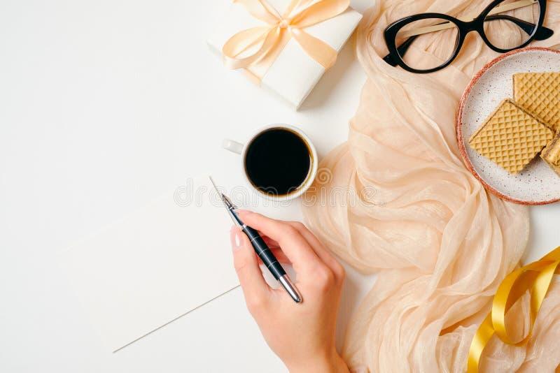 Scrittorio del Ministero degli Interni delle donne Area di lavoro con il messaggio femminile di scrittura della mano in carta di  immagine stock libera da diritti