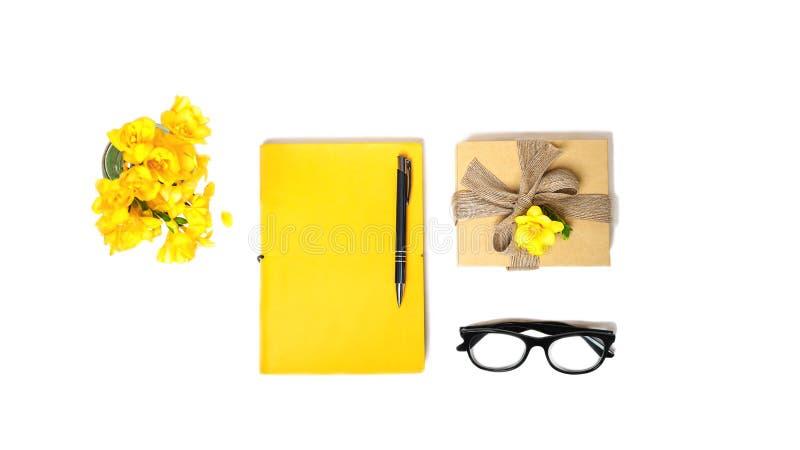 Scrittorio del Ministero degli Interni delle donne L'area di lavoro con il taccuino giallo, vetri di modo inscatola fot il regalo immagine stock libera da diritti
