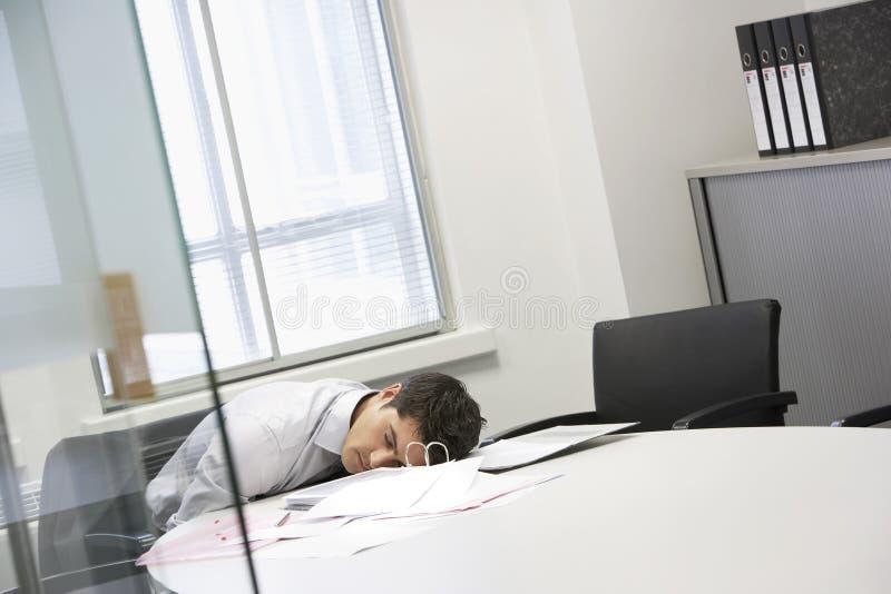Scrittorio di Asleep At Office dell'uomo d'affari fotografia stock libera da diritti