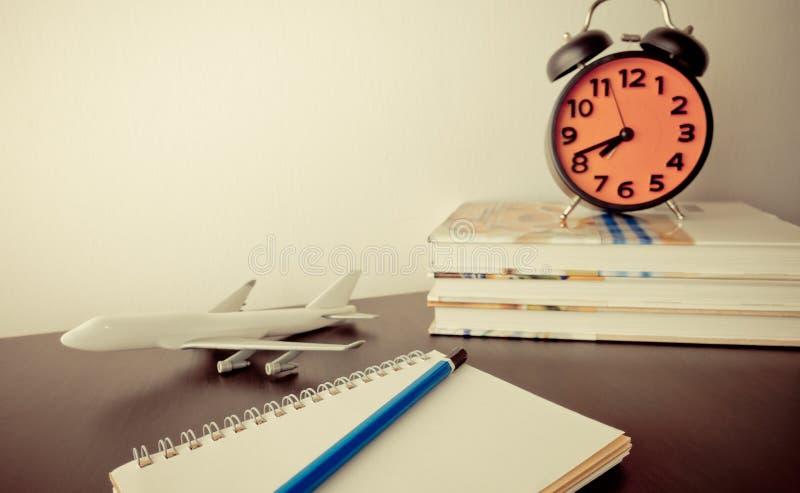 Scrittorio di blogger di viaggio con la sveglia fotografie stock libere da diritti