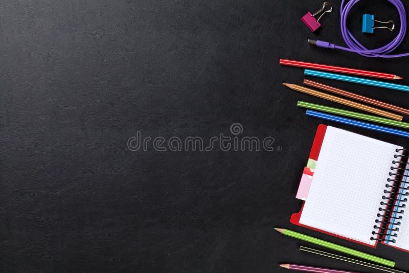 Scrittorio di cuoio dell'ufficio con i rifornimenti ed il blocco note fotografie stock libere da diritti