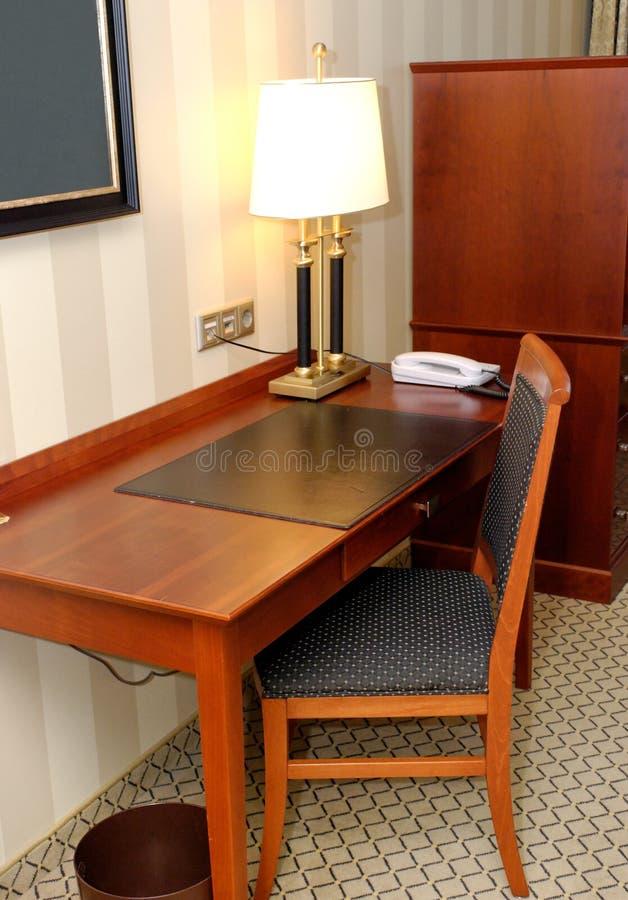 Scrittorio di scrittura nella camera di albergo immagini stock libere da diritti