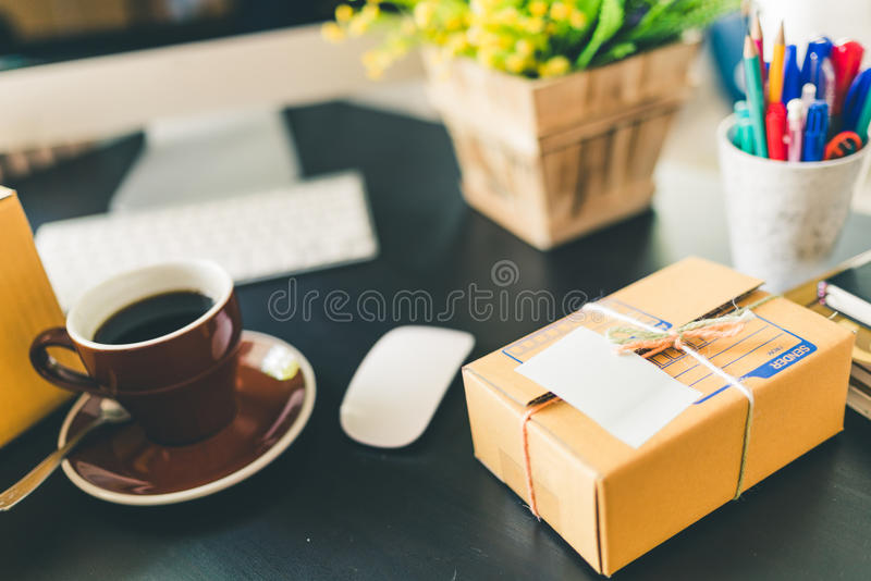 Scrittorio funzionante della partenza di affari domestici Consegna d'imballaggio di commercio elettronico della PMI, vendita onli immagini stock libere da diritti