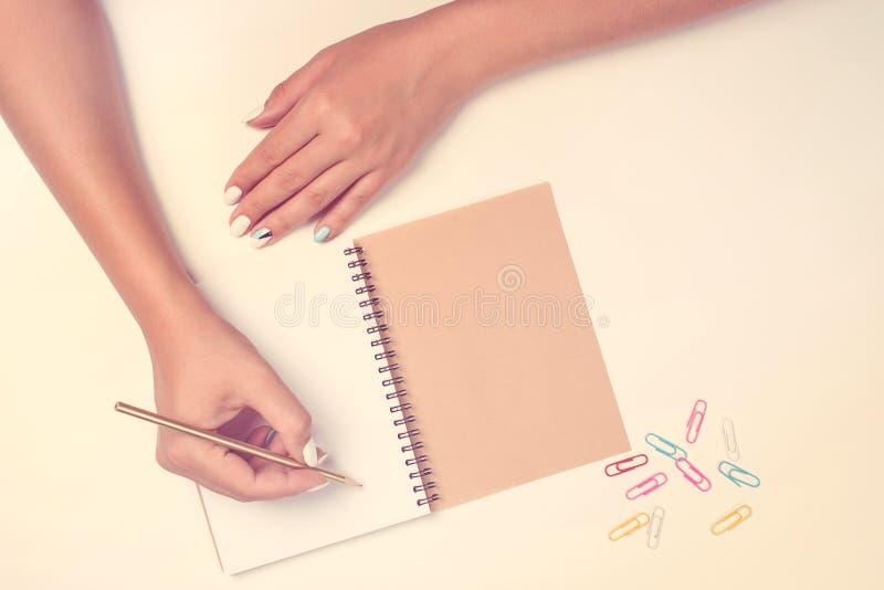 Scrittorio funzionante di blogger femminile di modo stile piano di disposizione Giorno lavorativo, gente creativa, concetto di af immagine stock libera da diritti