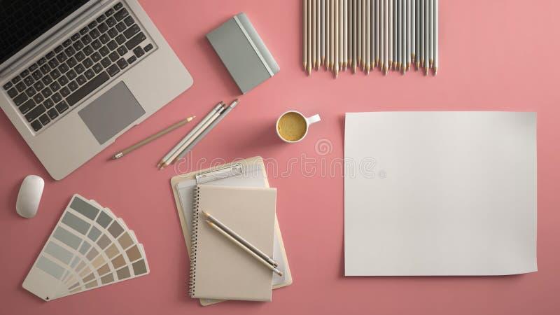 Scrittorio minimo alla moda della tavola dell'ufficio Area di lavoro con il computer portatile, il taccuino, le matite, la tazza  illustrazione vettoriale