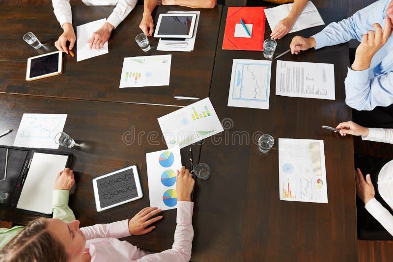Scrittorio nell'ufficio con molti documenti immagine stock libera da diritti