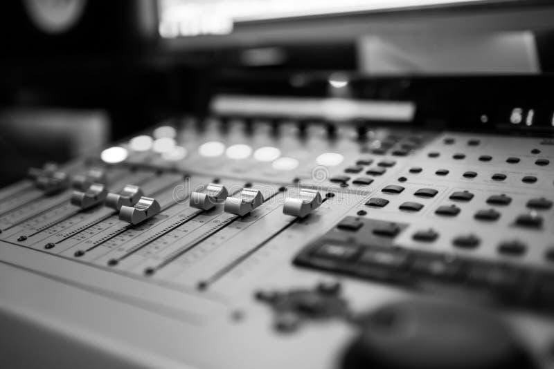 Scrittorio sano di miscelazione dello studio di registrazione Pannello di controllo del miscelatore di musica fotografie stock libere da diritti