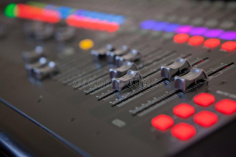 Scrittorio sano di miscelazione dello studio di registrazione Pannello di controllo del miscelatore di musica fotografia stock
