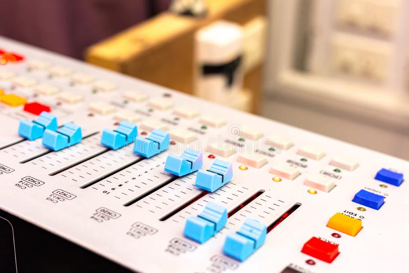Scrittorio sano di miscelazione dello studio di registrazione Pannello di controllo del miscelatore di musica closeup fotografia stock