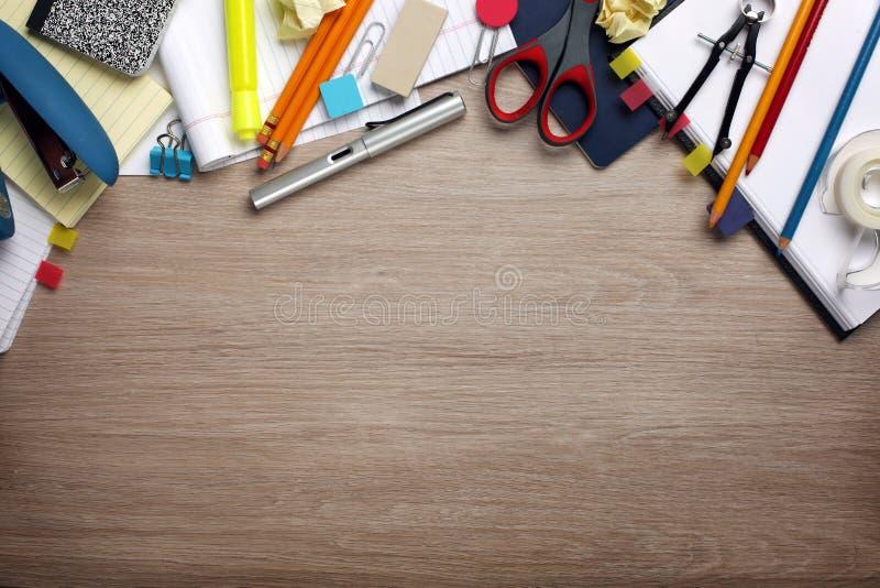 Scrittorio stipato di con gli articoli per ufficio immagini stock