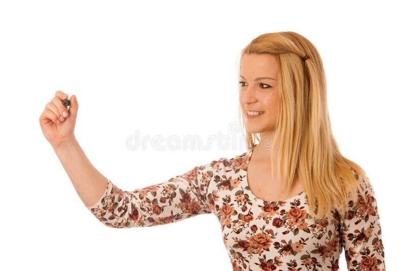 Scrittura bionda sveglia della donna sul bordo trasparente in bianco con un marke fotografia stock