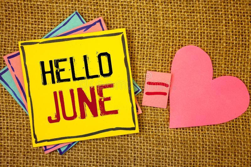 Scrittura concettuale della mano che mostra ciao giugno Il testo delle foto di affari che inizia un nuovo messaggio maggio di mes immagini stock libere da diritti
