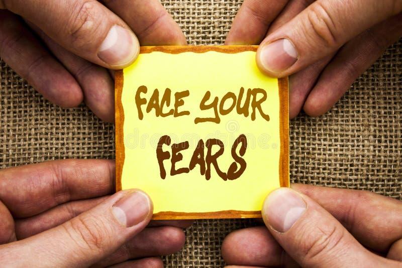 Scrittura concettuale della mano che mostra a fronte i vostri timori Foto di affari che montra valore coraggioso di fiducia di Fo immagine stock libera da diritti