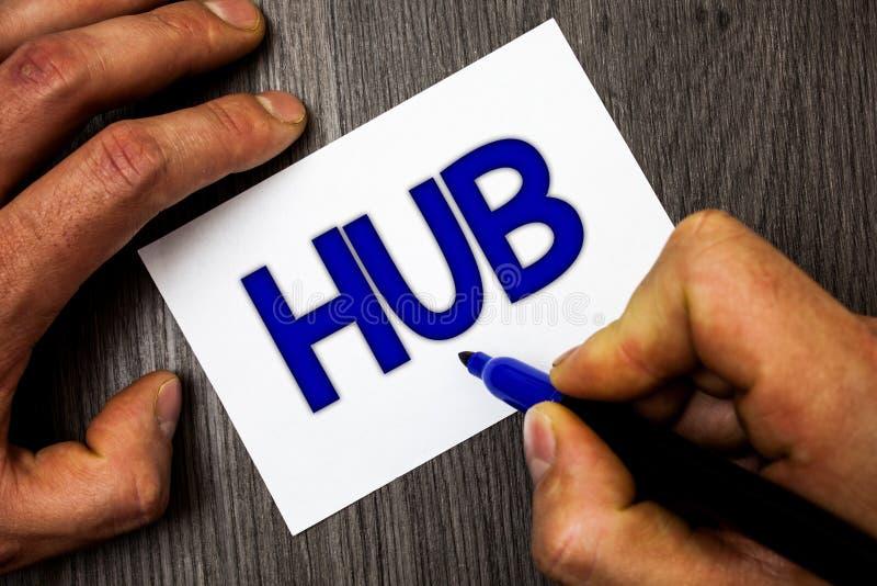 Scrittura concettuale della mano che mostra hub Foto di affari che montra il centro di calcoli di collegamento del dispositivo de fotografia stock libera da diritti