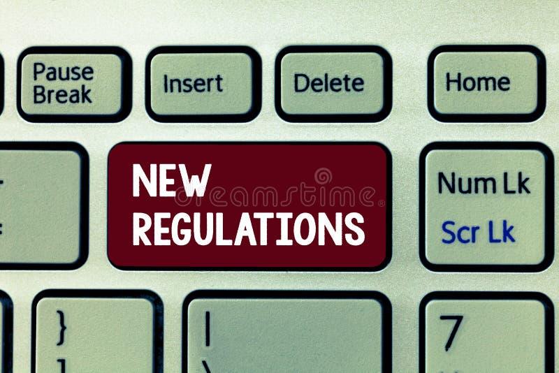 Scrittura concettuale della mano che mostra i nuovi regolamenti Foto di affari che montra regolamento che controlla solitamente l immagini stock libere da diritti