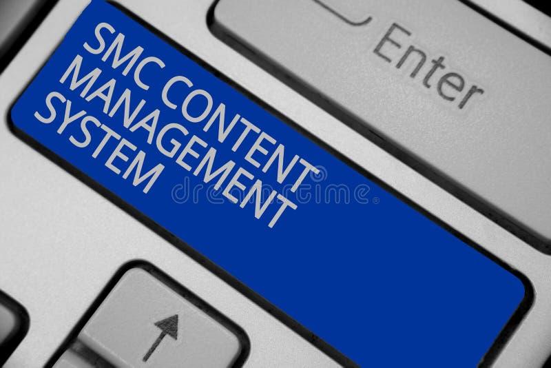 Scrittura concettuale della mano che mostra il sistema di content management di Smc Mangae creazione e modifica del testo della f immagini stock libere da diritti