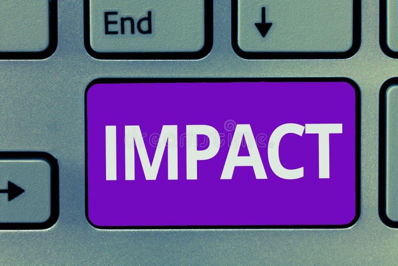 Scrittura concettuale della mano che mostra impatto Un'azione del testo della foto di affari di un oggetto che viene con forza ne immagine stock libera da diritti