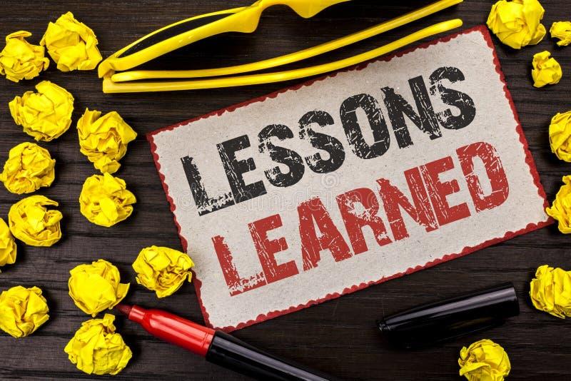 Scrittura concettuale della mano che mostra le lezioni istruite Esperienze del testo della foto di affari che dovrebbero essere i immagini stock