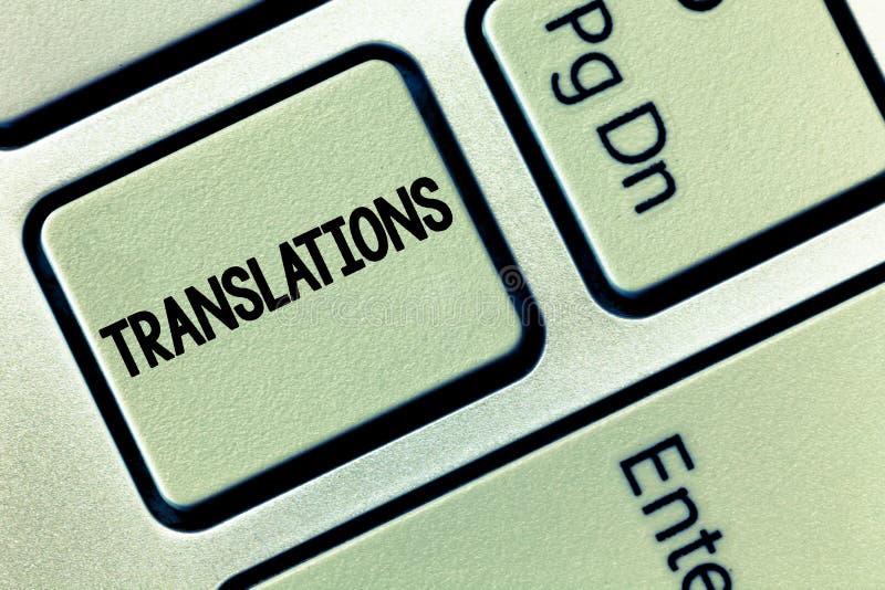 Scrittura concettuale della mano che mostra le traduzioni La foto di affari che montra il processo della traduzione manda un sms  fotografie stock libere da diritti