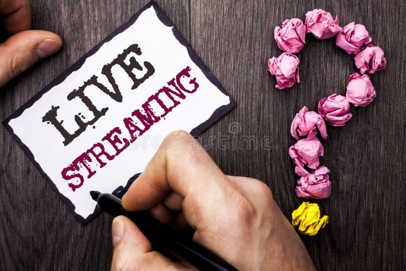 Scrittura concettuale della mano che mostra Live Streaming Radiodiffusione in tempo reale w di tecnologia di multimedia della tra fotografia stock