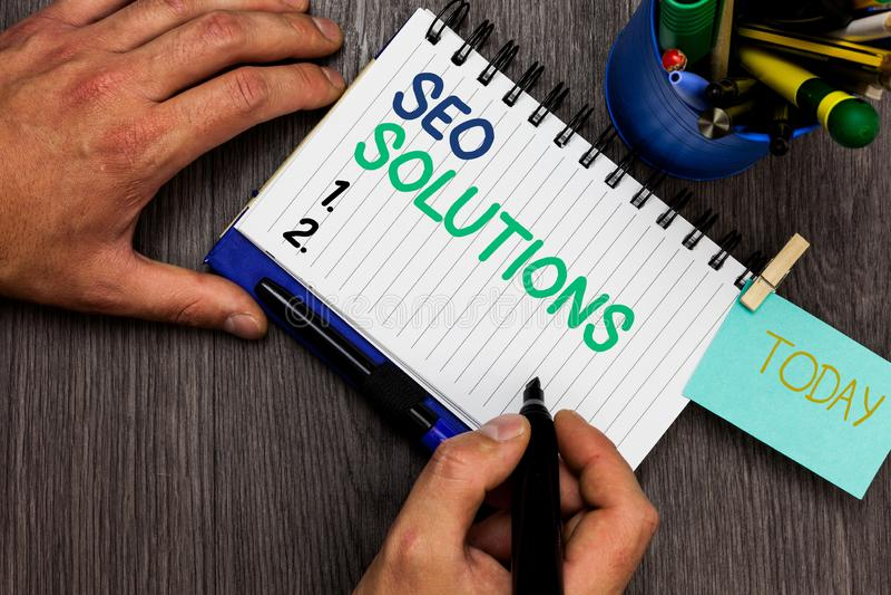 Scrittura concettuale della mano che mostra Seo Solutions Foto di affari che montra gli ospiti di aumento della pagina di risulta immagine stock