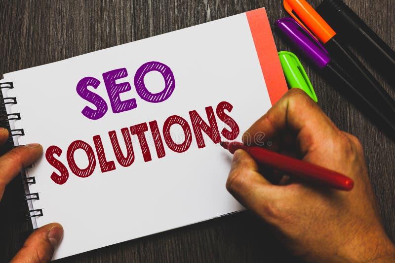 Scrittura concettuale della mano che mostra Seo Solutions Gli ospiti di aumento della pagina di risultato del motore di ricerca d immagini stock