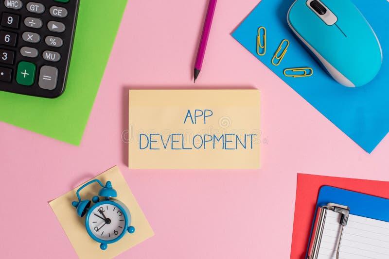 Scrittura concettuale della mano che mostra sviluppo di App Servizi di sviluppo del testo della foto di affari per il cellulare i immagini stock libere da diritti