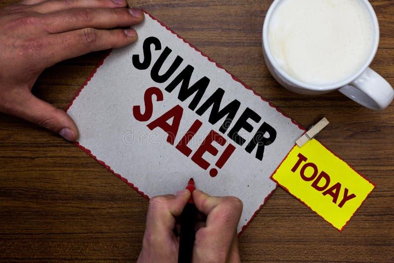 Scrittura concettuale della mano che mostra vendita di estate Eventi annuali di sconto del testo della foto di affari che ha luog fotografia stock libera da diritti