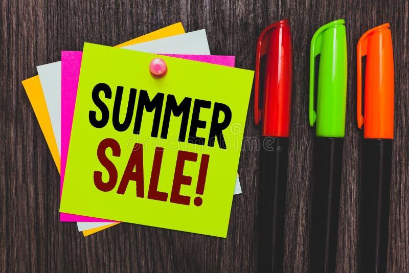 Scrittura concettuale della mano che mostra vendita di estate Foto di affari che montra gli eventi annuali di sconto che ha luogo immagini stock
