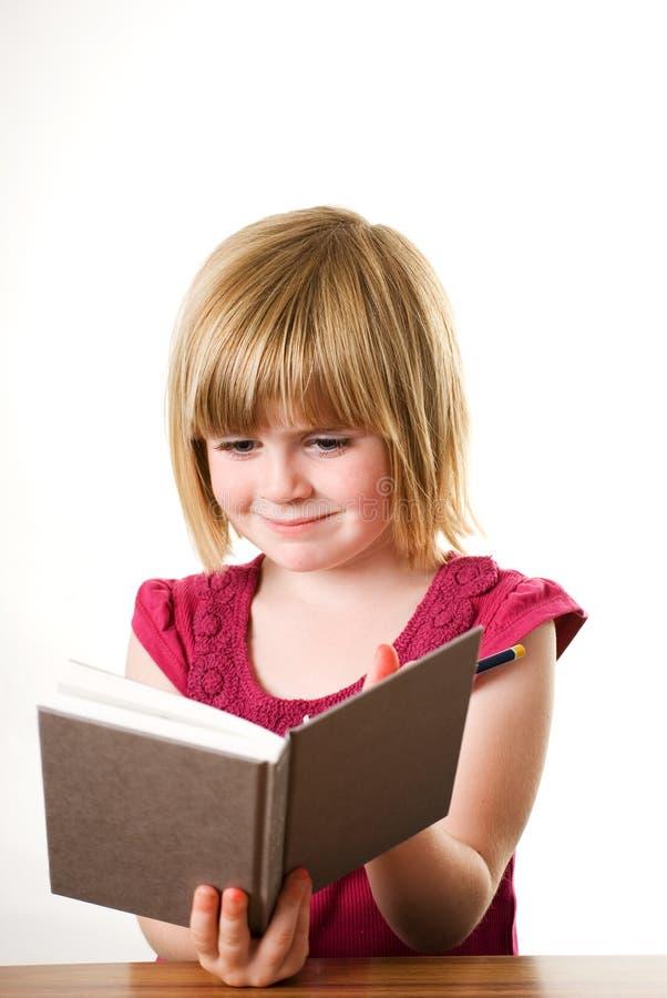 Scrittura del bambino in diario fotografie stock