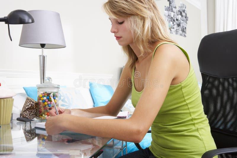 Scrittura dell'adolescente in diario fotografie stock