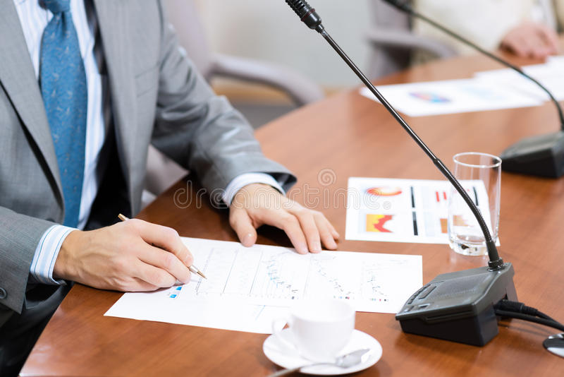 Scrittura dell'uomo d'affari sulle note di carta immagini stock