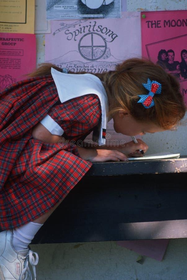 Scrittura della bambina in taccuino fotografia stock libera da diritti