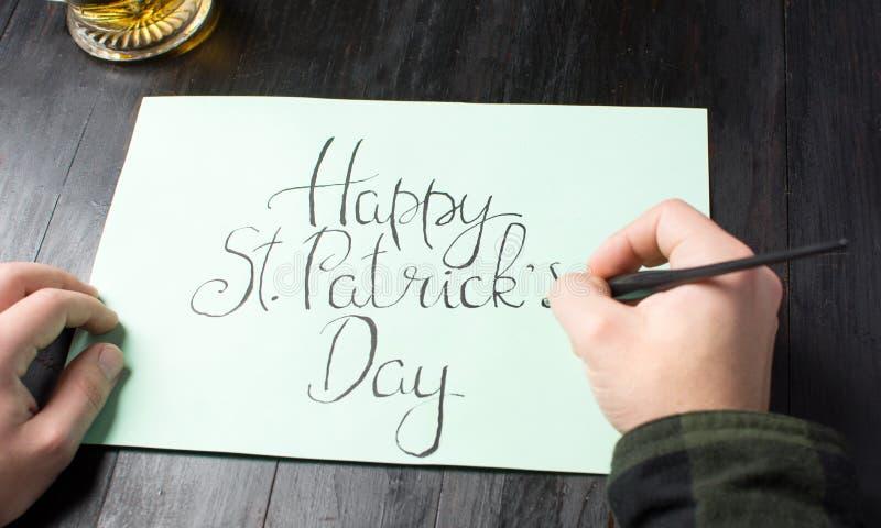 Scrittura della carta felice di calligrafia di giorno di - St patricks giorno fogli di colore giorno ...