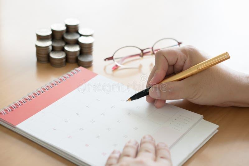 scrittura della mano nel concetto di piano del calendario fotografie stock libere da diritti