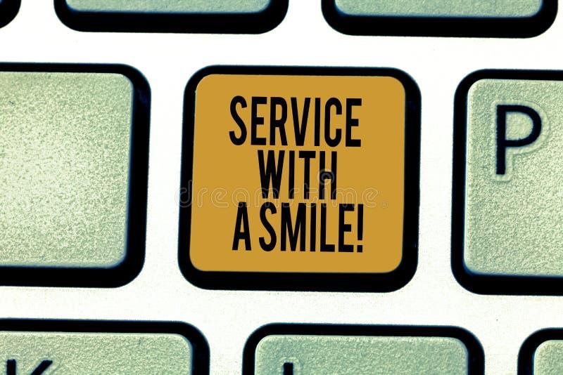 Scrittura della nota che mostra servizio con un sorriso Foto di affari che montra felicità nel supporto motivato di assistenza su immagine stock libera da diritti