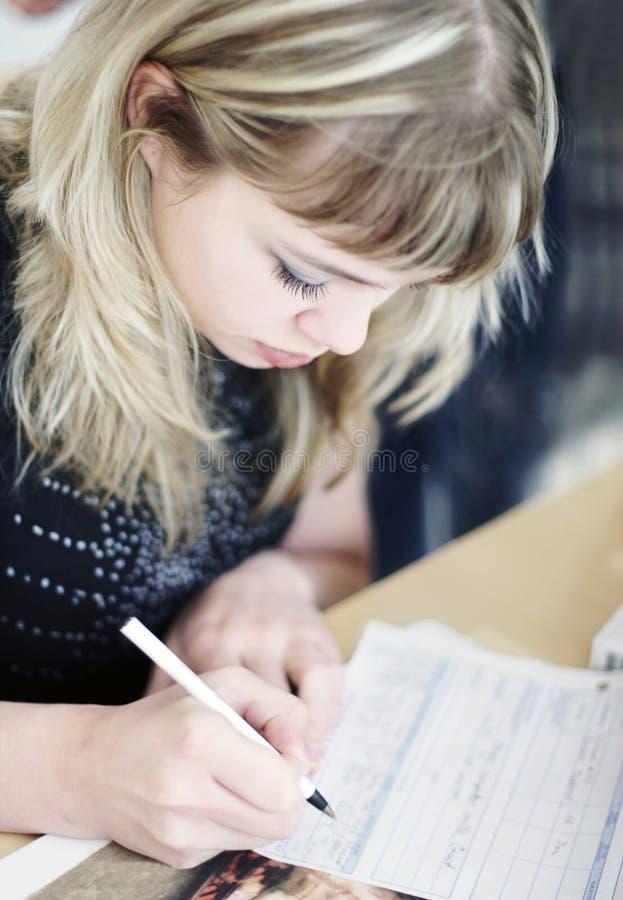 Scrittura della ragazza fotografie stock libere da diritti