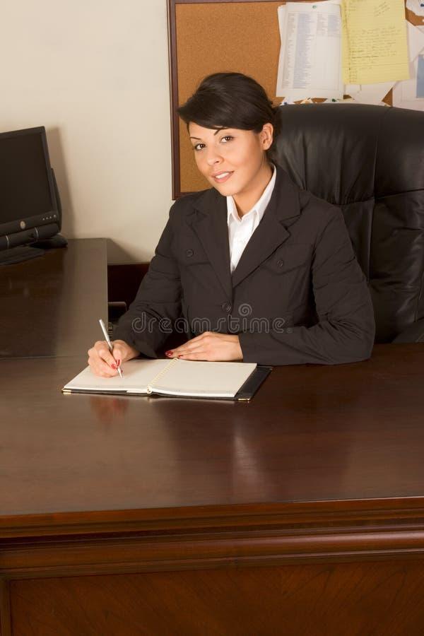 scrittura di aiuto della donna del vestito dell'uomo d'affari fotografia stock libera da diritti