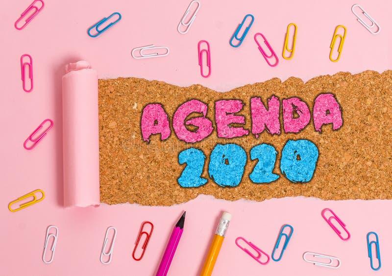 Scrittura di una nota contenente Agenda 2020 Elenco delle attività per la presentazione di fotografie aziendali per la loro adozi immagine stock libera da diritti