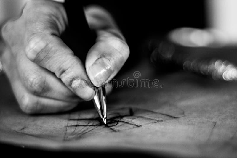Scrittura e proiezione della mano fotografia stock libera da diritti
