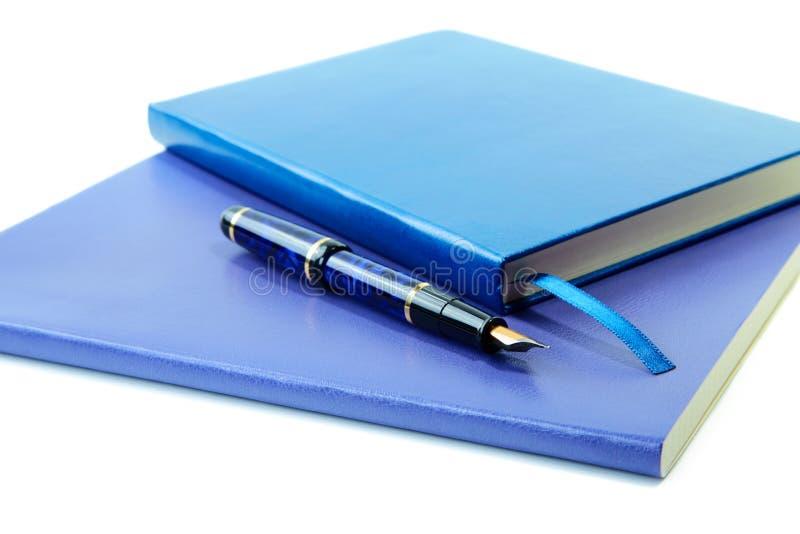 Scrittura-libri e penna di fontana blu scuro fotografie stock libere da diritti