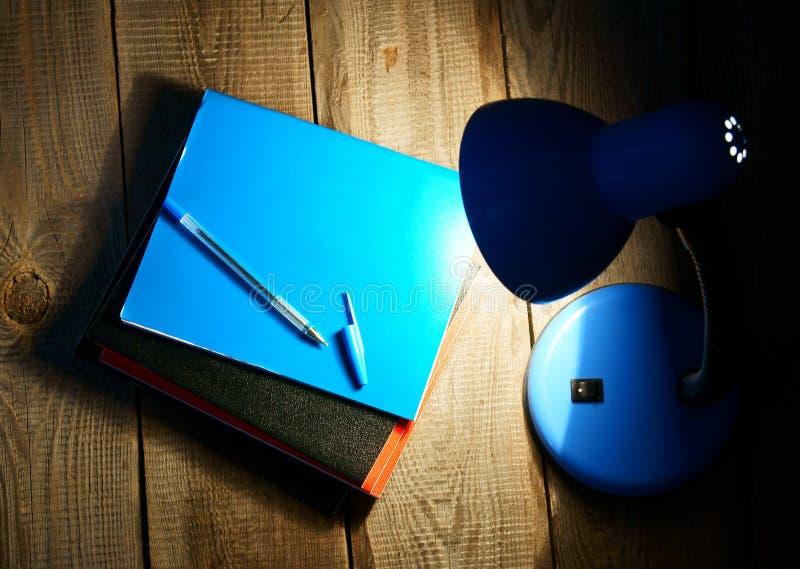 Scrittura-libri ed il dispositivo fotografia stock