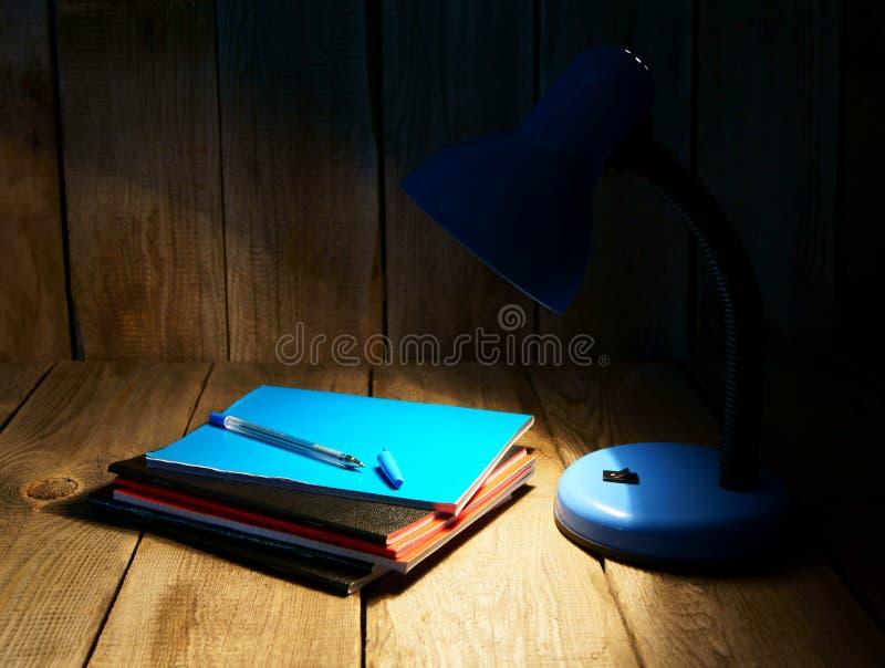 Scrittura-libri ed il dispositivo fotografie stock