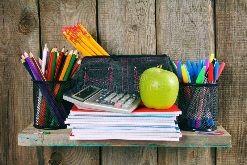 Scrittura-libri, mela ed altri accessori della scuola immagine stock