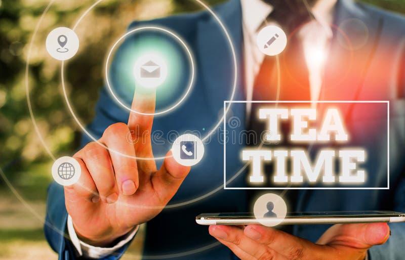 Scrittura manuale concettuale che mostra il tempo del tè Un testo di foto d'ufficio nel pomeriggio, quando alcuni dei presenti ma fotografie stock