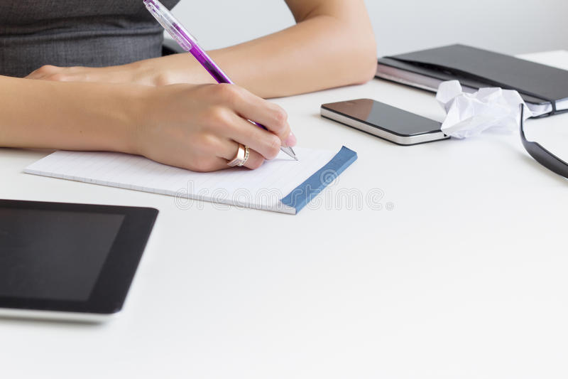 Scrittura per fare lista in blocco note di carta fotografie stock libere da diritti